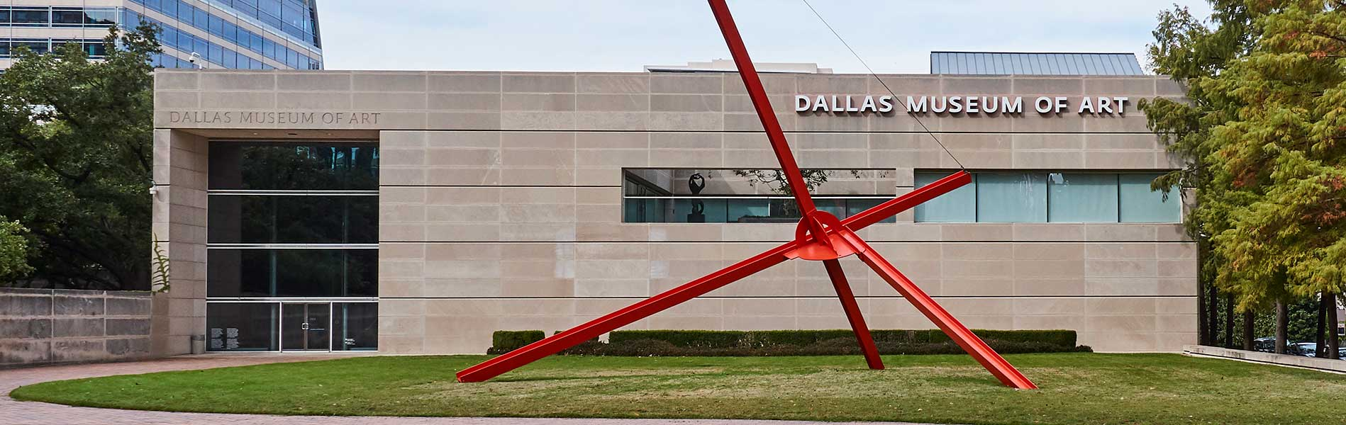 Exterior view of the Dallas Museum of Art, gray building